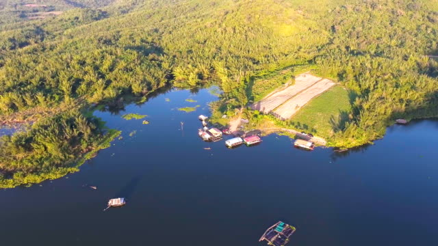 vídeos de stock e filmes b-roll de aerial view of beautiful gulf and raft in mountains at sunset - rebento de bambu