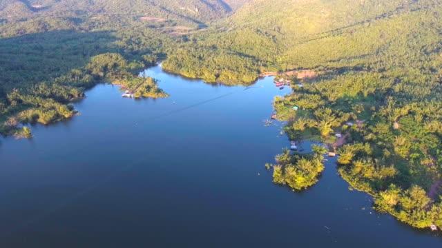 vídeos de stock e filmes b-roll de aerial view of beautiful gulf and rafts in mountains at sunset - rebento de bambu