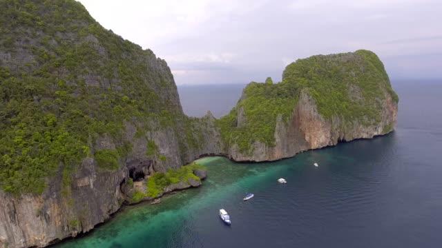 flygfoto över vacker ö med crystal-clear vatten och fantastiska rock cliff, phi phi island, phuket, thailand - andamansjön bildbanksvideor och videomaterial från bakom kulisserna