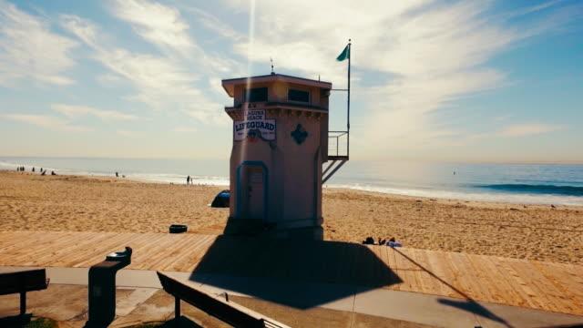 stockvideo's en b-roll-footage met luchtfoto van prachtige laguna beach in de zomerzon - laguna beach californië