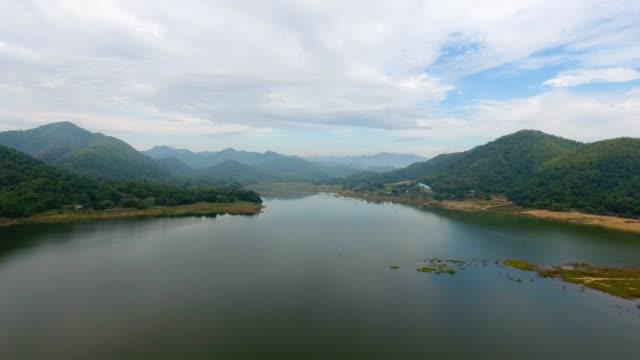 vídeos de stock e filmes b-roll de aerial view of beautiful lake and tropical mountains - árvore tropical