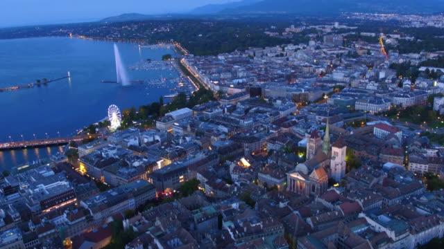 luftaufnahme der schöne nacht der genfer altstadt - stadtzentrum stock-videos und b-roll-filmmaterial