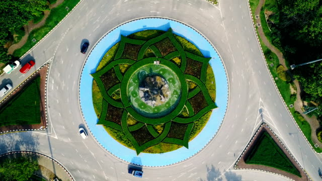 aerial view of beautiful roundabout road green garden in royal park rajapruek garden (international horticulture exposition royal flora ratchapruek) , chiang mai , thailand. - arte, cultura e spettacolo video stock e b–roll