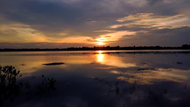 vídeos de stock, filmes e b-roll de vista aérea do belo pôr do sol sobre o lago - lago reflection