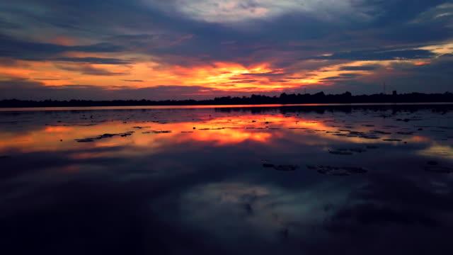 湖の美しい夕日の空撮 - リフレクション湖点の映像素材/bロール