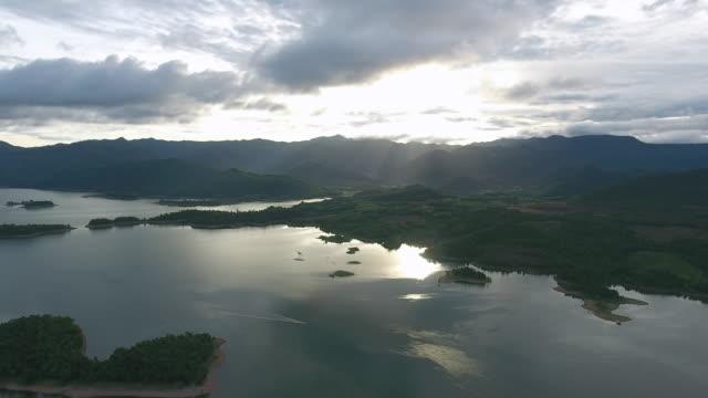 Luftaufnahme des schönen tropischen grünen Inseln im See