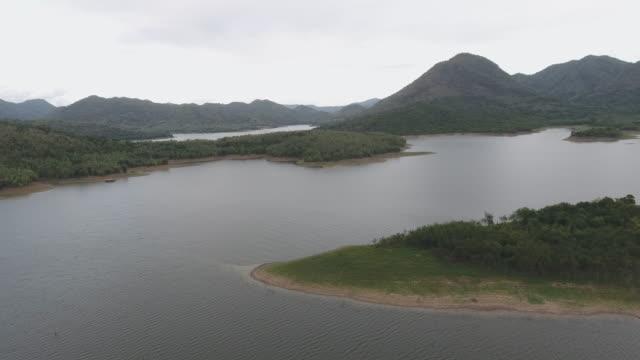 美しい熱帯湖の空中写真 - リフレクション湖点の映像素材/bロール