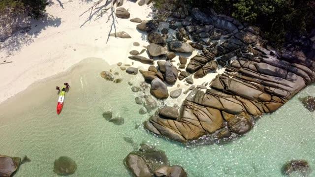 vídeos de stock e filmes b-roll de aerial view of beautiful white sand beach at boulder island in andaman sea near ranong thailand, myanmar. - mar de andamão