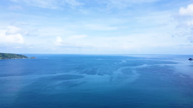 晴れた日にタイ海のターコイズブルーの海水と美しい白い砂浜の空中写真。 - 地中海点の映像素材/bロール