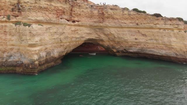 vídeos de stock e filmes b-roll de aerial view of benagil´s beach - gruta