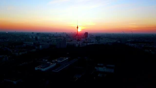 luftaufnahme von berlin - deutschland - establishing shot stock-videos und b-roll-filmmaterial