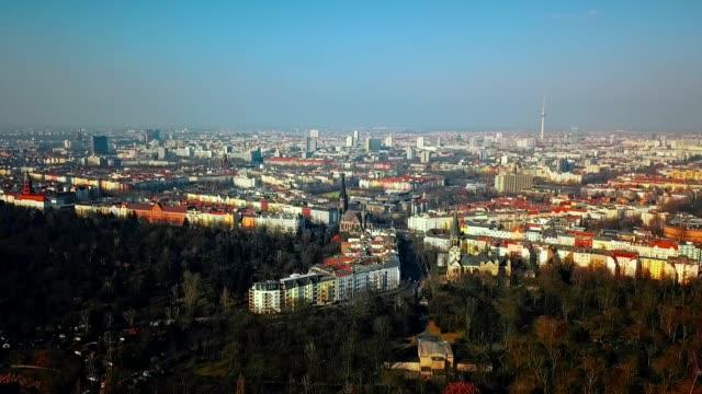 vidéos et rushes de vue aérienne de berlin - allemagne - plan en travelling