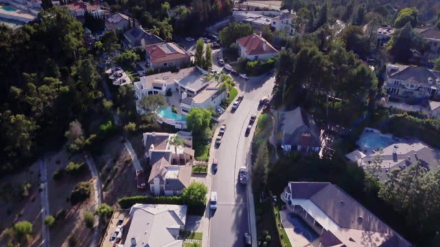 stockvideo's en b-roll-footage met luchtfoto van beverly hills mansions - landhuis