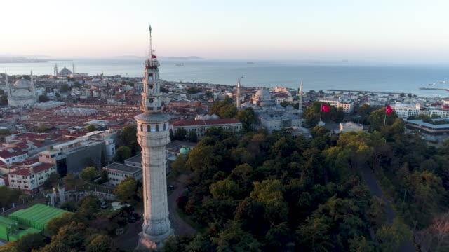 stockvideo's en b-roll-footage met luchtfoto van de toren van beyazit en het historische schiereiland van istanboel op de achtergrond /4k - grote bazaar van istanboel istanboel