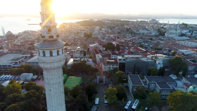 vídeos y material grabado en eventos de stock de vista aérea de la torre beyazit y la península histórica de estambul en el fondo /4k - gran bazar