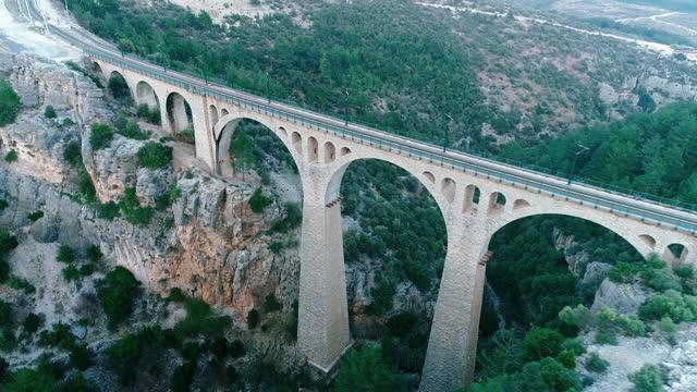 vidéos et rushes de vue aérienne du grand viaduc ferroviaire allemand à adana, turquie - vidéo de drone 4k - turc