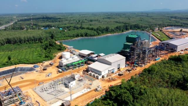 青空に対する木燃料の貯蔵を有するバイオマス発電所の空中写真 - 環境保護点の映像素材/bロール