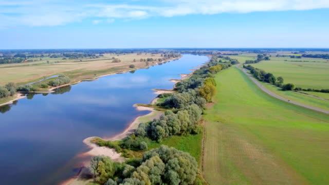 """vídeos de stock, filmes e b-roll de vista aérea da biosfera reserva """"niedersächsische elbtalaue"""" e o rio elba perto de hitzacker, na baixa saxônia, alemanha - rio elbe"""