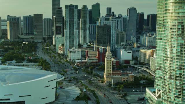 vídeos y material grabado en eventos de stock de aerial view of biscayne boulevard past freedom tower and aa arena - bahía de biscayne
