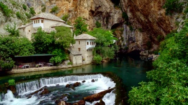 luftaufnahme von blagaj tekija (blagaj tekke)-derwisch kloster blagaj/mostar-bosnien und herzegowina - bosnien und herzegowina stock-videos und b-roll-filmmaterial