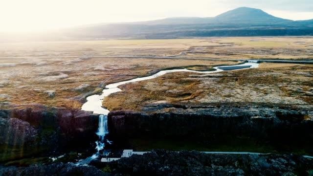 Luchtfoto van blauwe rivier in de bergen