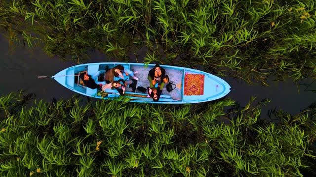 flygfoto över båt och människor som går på sjön, båt som går genom vass, människor båttur, resa på träbåt, människor på båt på sjön med vass och näckrosor, flygfoto över kajak på rive, fiskare på träiga handgjorda båtar på floden e - kanot bildbanksvideor och videomaterial från bakom kulisserna