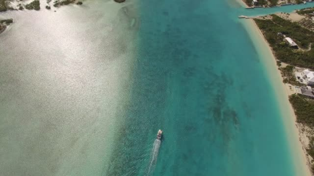 vídeos de stock, filmes e b-roll de vista aérea do barco no louro de grace, providenciales, turks e caicos - mar do caribe