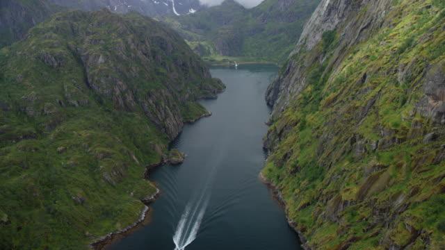 stockvideo's en b-roll-footage met aerial view of boat moving in fjord - kielwater