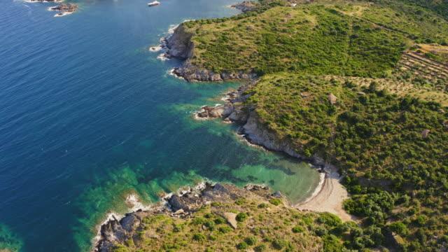 vídeos y material grabado en eventos de stock de vista aérea de los barcos en la costa mediterránea de la costa brava al atardecer - bahía