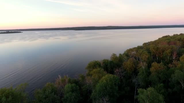 aerial view of boats on a lake at sunset - ausflugsboot stock-videos und b-roll-filmmaterial