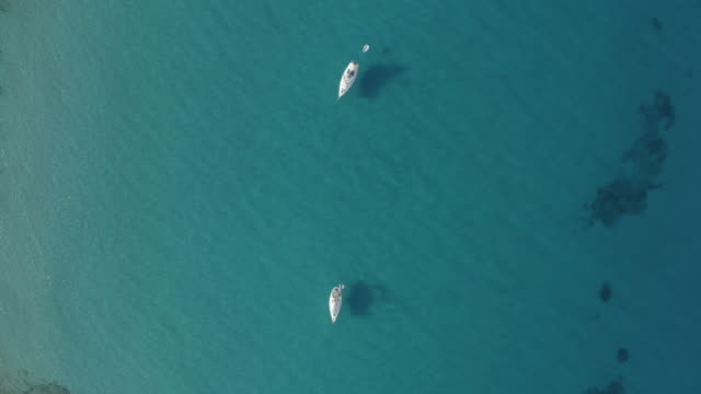 壮大な海のボートの空中写真。4k - イビサ島点の映像素材/bロール