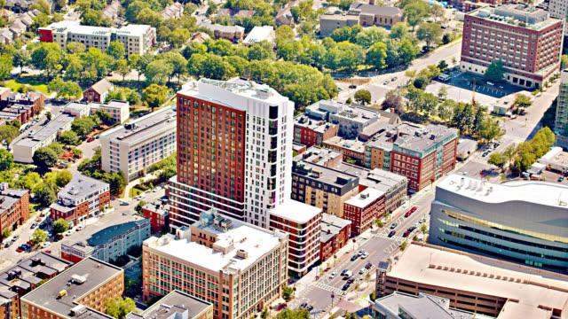 vidéos et rushes de vue aérienne de boston. affaires au centre-ville. gratte-ciel moderne. district financier. - boston massachusetts