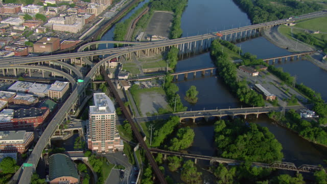aerial view of bridges over james river, richmond, virginia, united states of america. - 州間高速道路点の映像素材/bロール