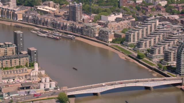 stockvideo's en b-roll-footage met luchtfoto van bruggen over de rivier de theems in londen, verenigd koninkrijk. 4k - wandsworth