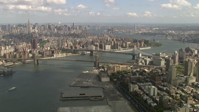 stockvideo's en b-roll-footage met luchtfoto van de brooklyn bridge en manhattan bridge in new york city - east river