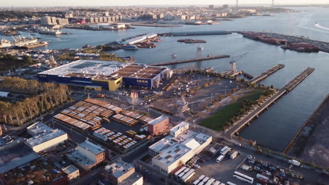 stockvideo's en b-roll-footage met aerial view of brooklyn's ikea in gowanus - blijf staan