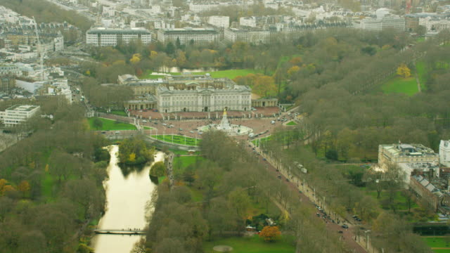 vídeos de stock, filmes e b-roll de aerial view of buckingham palace in westminster london - palácio de buckingham