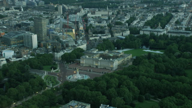 vídeos de stock, filmes e b-roll de aerial view of buckingham palace london uk - 2016