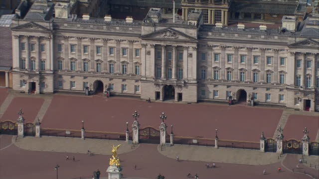 aerial view of buckingham palace - gate stock videos & royalty-free footage