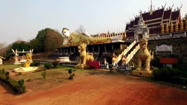 flygfoto över buddhistiska tempel - luta sig tillbaka bildbanksvideor och videomaterial från bakom kulisserna