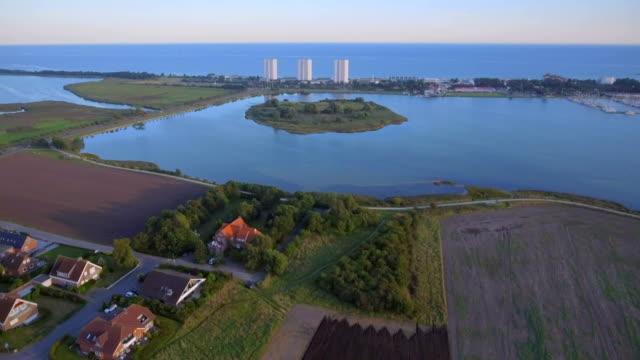 Aerial View der Burger Binnensee mit Kohlhof Insel, der Marina und dem Strand Suedstrand Burgtiefe (Kitesurf Meisterschaft) und die Wulfener Hals auf der Ostsee - Insel Fehmarn - Schleswig-Holstein, Deutschland