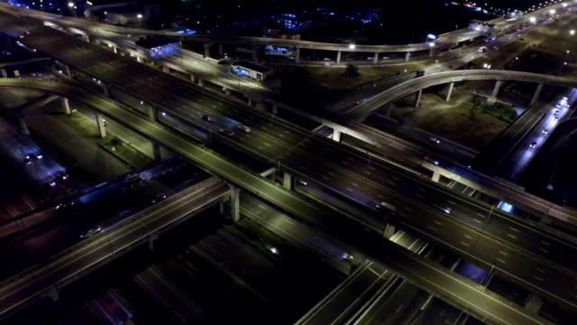 Flygfoto över upptagen Highway i Bangkok Thailand på natten