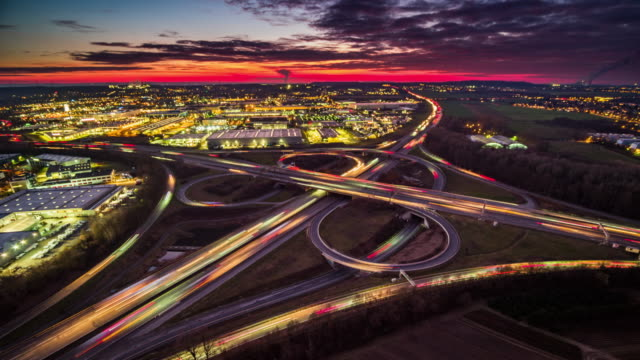 vídeos de stock e filmes b-roll de aerial view of busy highway intersection - time lapse - time lapse de trânsito