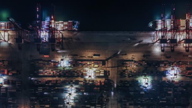 vidéos et rushes de t/l pan vue aérienne du port industriel occupé la nuit - être ancré