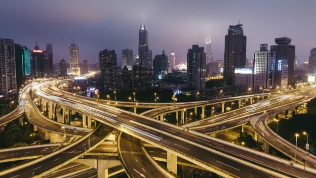 T/L WS HA TU antenne bekijken van drukke viaduct nacht / Shanghai, China