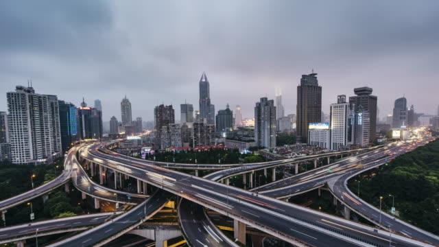 T/L WS HA Luftaufnahme der viel befahrenen Straße Kreuzung, Tag, Nacht Übergang / Shanghai, China