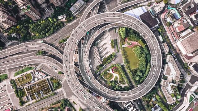 vídeos de stock, filmes e b-roll de vista aérea t/l da intersecção rodoviária movimentada - time lapse de trânsito