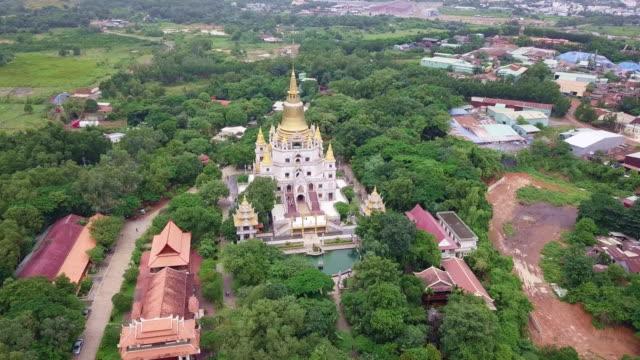 vídeos de stock, filmes e b-roll de vista aérea de buu longo pagode em ho chi minh city. um belo templo budista escondido na cidade de ho chi minh no vietnã - templo