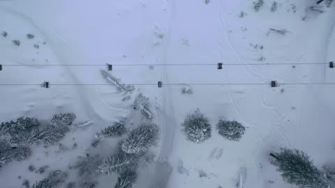 vídeos de stock, filmes e b-roll de vista aérea do teleférico em montanhas dos cárpatos no inverno - teleférico veículo terrestre comercial