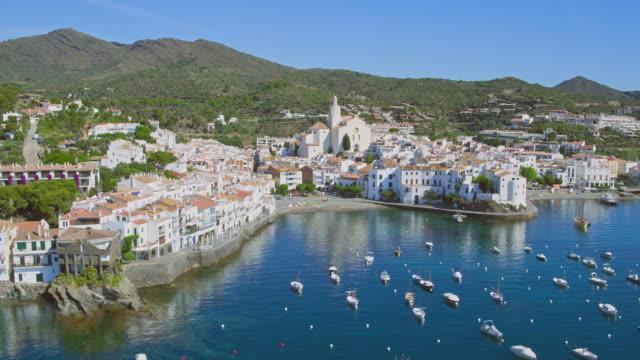 vídeos de stock e filmes b-roll de aerial view of cadaques from sea - aldeia de pescador